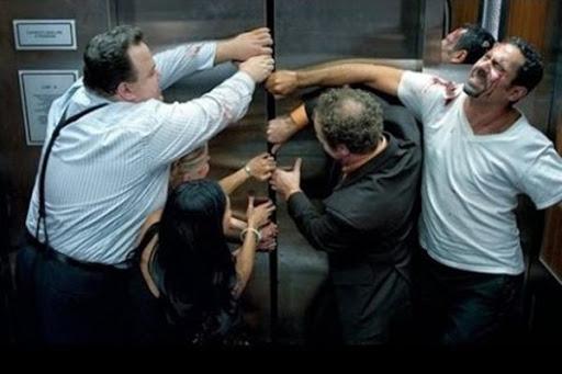 Nên làm gì khi bị mắc kẹt trong cabin thang máy?